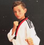 """Mi chiamo Nico e pratico taekwondo. Questo sport è la mia grande passione, ho raggiunto un buon livello tecnico, ma finora in gara, quando arrivava il momento dell'incontro, provavo tensione guardando l'avversario, pensavo sempre che avrebbe potuto vincere e mi bloccavo.  A un certo punto, a marzo di quest'anno, mia madre mi ha suggerito di guardare le tue Pillole. Ne sono rimasto entusiasta e le ho detto: """"Mamma, questo è uno spiraglio!"""". A quel punto mi sono iscritto al programma Atleta Vincente e ho fatto tutto il corso, con il tuo aiuto prezioso in videochiamata.  Domenica 3 luglio, dopo quattro mesi di lavoro, a Roma ho fatto l'esame di taekwondo per la cintura nera. Con i tuoi """"stratagemmi"""", sono riuscito a passare la prova nel migliore dei modi e quindi mi sono portato a casa la cintura nera. Sono contentissimo di aver raggiunto questo traguardo, lo sognavo da sei anni. Grazie ancora Massimo!"""